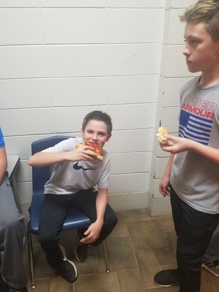 7th grade eating pizza