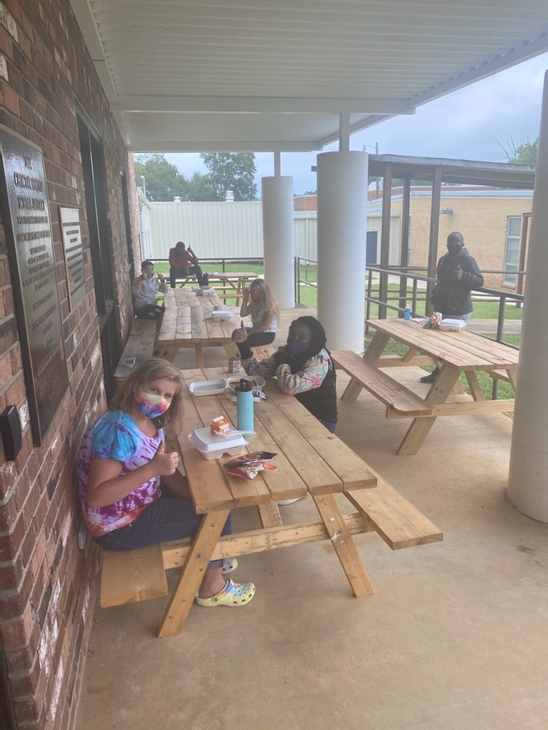 6th Graders eating lunch outside
